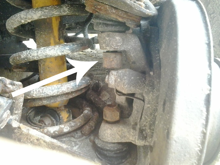 Откручиваем гайку крепления верхней опоры, ключ на 22