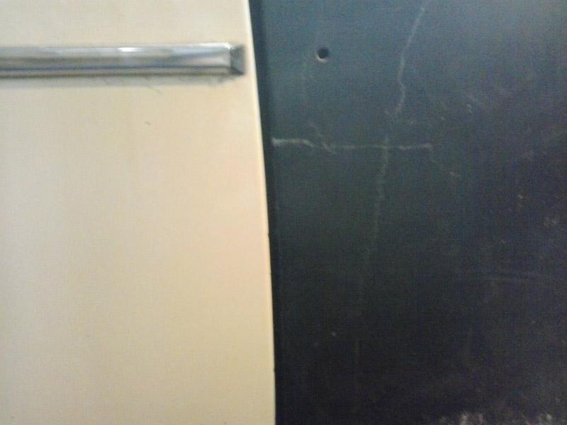 Зазор между крылом и передней дверью