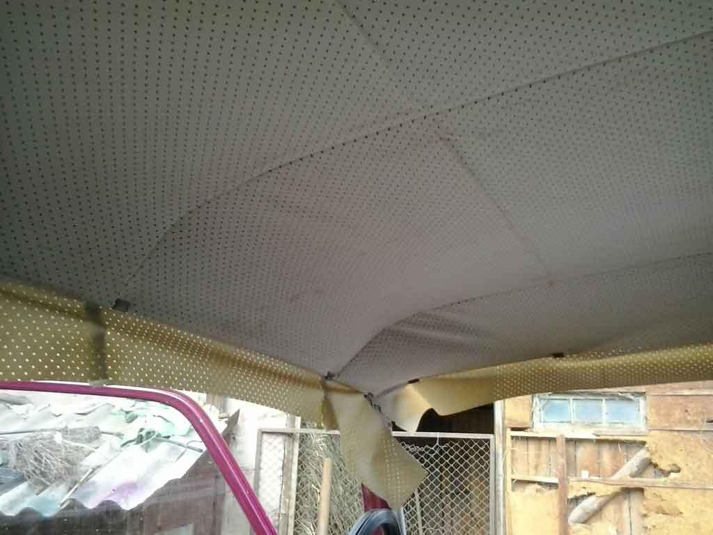 В процессе натягивания потолка