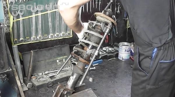 амортизатор передней подвески Лада Калина