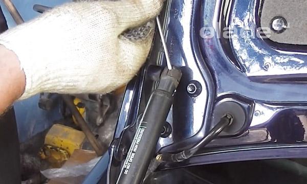 Фиксирующая скоба амортизатора багажника Лады