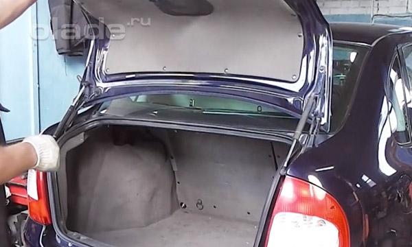 Проверка работоспособности амортизаторов багажника Лады