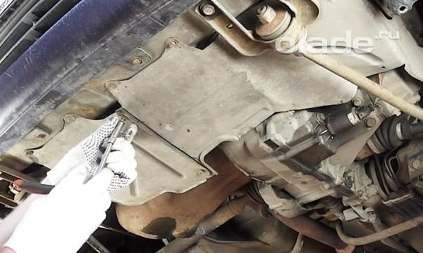 Открутить болты защиты двигателя Лады