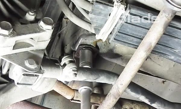 Открутить гайки крепления подушки двигателя к раме Лады