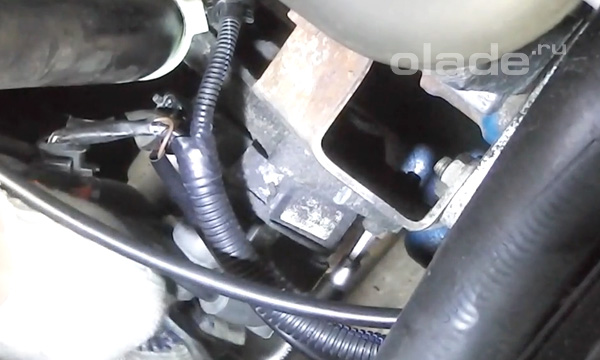 Открутить болты крепления катушки зажигания к блоку двигателя и коробке передач Лады
