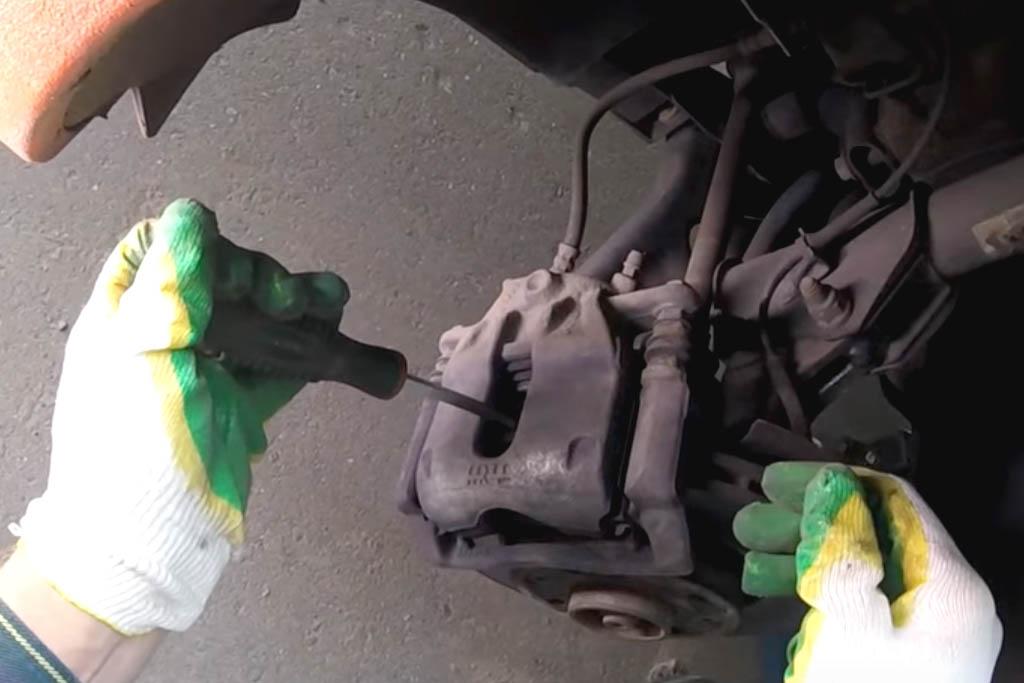 Замена передних тормозных колодок на Ладе Веста (фото 3)