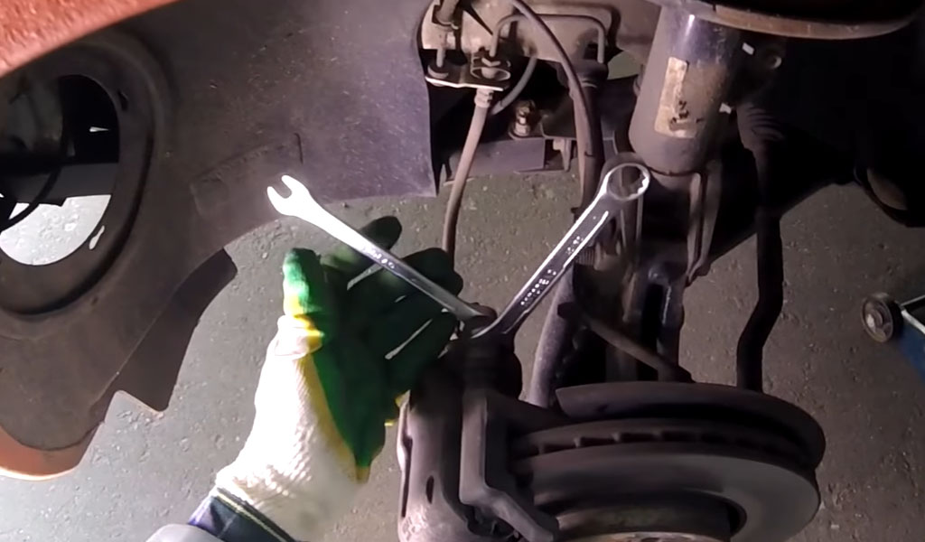 Замена передних тормозных колодок на Ладе Веста (фото 6)