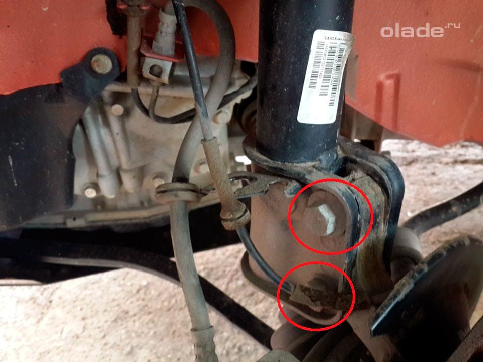 Замена амортизатора передней подвески на Ладе Гранта (фото 3)