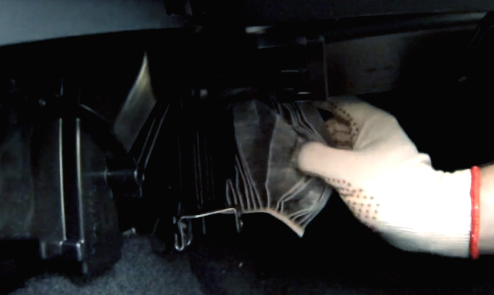 Замена салонного фильтра Lada Vesta (фото 7)