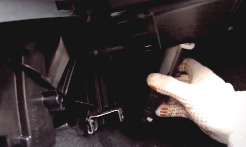 Замена салонного фильтра Lada Vesta (фото 9)