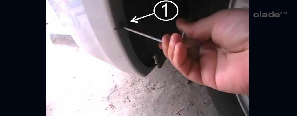 Снятие переднего бампера на Ладе Веста, открутите винты под крыльями (фото 1)