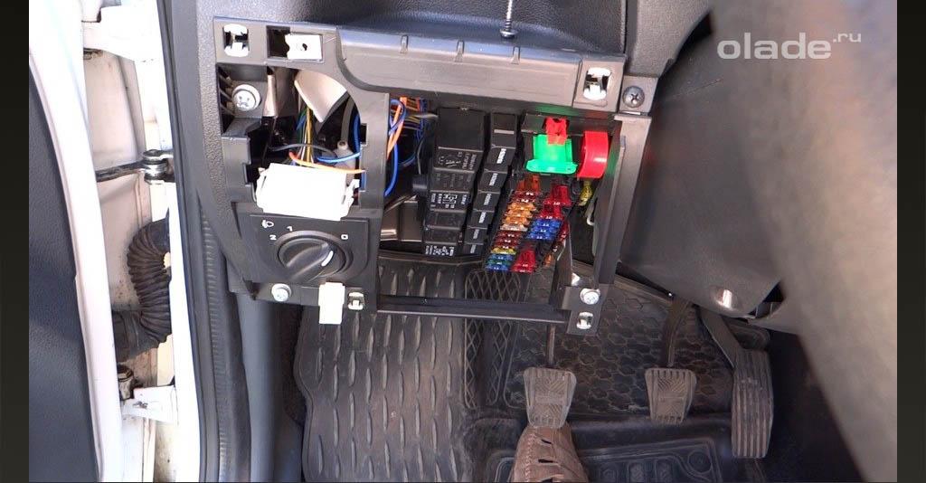Снимаем крышку блока предохранителей и модуль управления световыми приборами