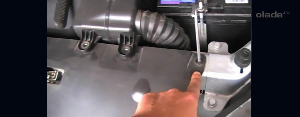 Снятие переднего бампера на Ладе Веста, выкрутите 4 винта под капотом
