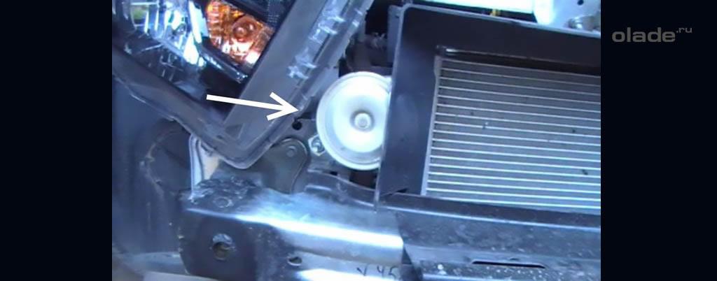 Снятие переднего бампера на Ладе Веста, штатная «таблетка» сигнала