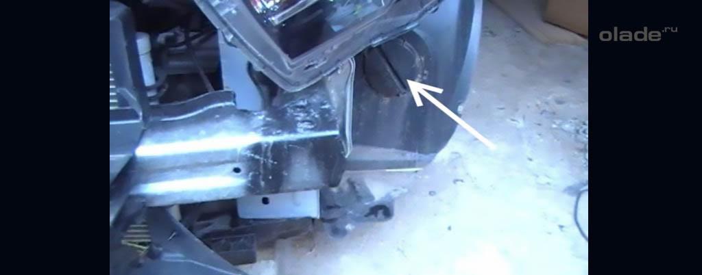 Снятие переднего бампера на Ладе Веста, отверстие с заглушкой в переднем локере