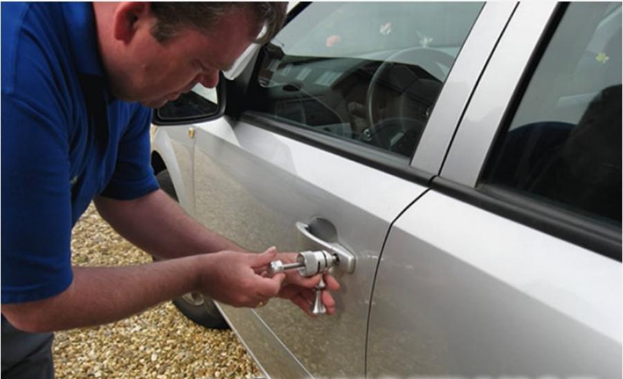 Ключи в авто, владелец снаружи