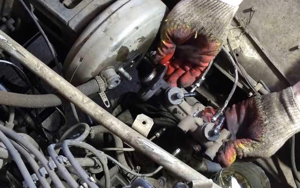 Снимите главный тормозной цилиндр