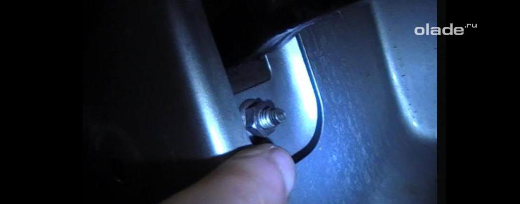 Доработка штатных ограничителей дверей на Ладе Веста, открутите две гайки со шпилек ограничителя