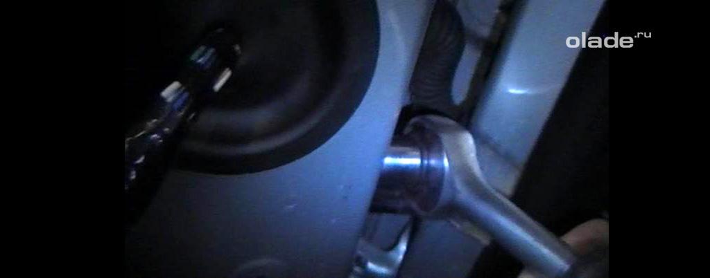 Доработка штатных ограничителей дверей на Ладе Веста, открутите две гайки со шпилек ограничителя (фото 2)