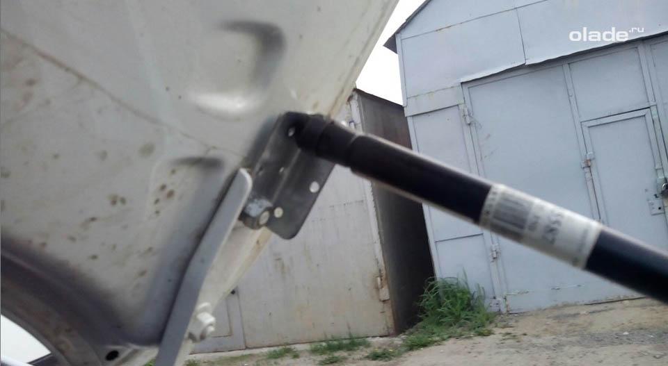 Устанавливаем газовый упор капота на Ладу Гранта (фото 3)