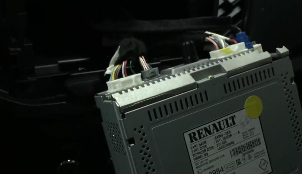 Замена магнитолы на Ладе Х-Рей: вытащить устройство