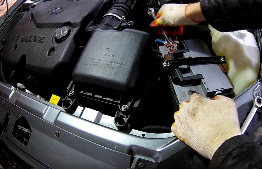 Как снять аккумулятор на «Приоре», «Калине» или «Гранте», ослабить гайку плюсовой клеммы и стянуть клемму