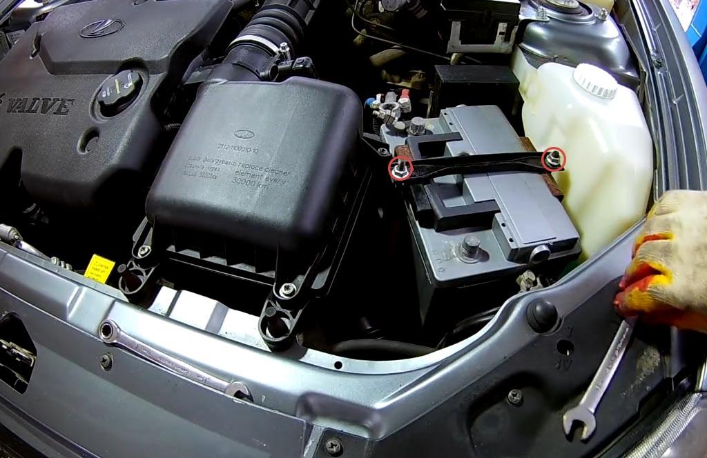 Как снять аккумулятор на «Приоре», «Калине» или «Гранте», открутить гайки болтов прижимной планки