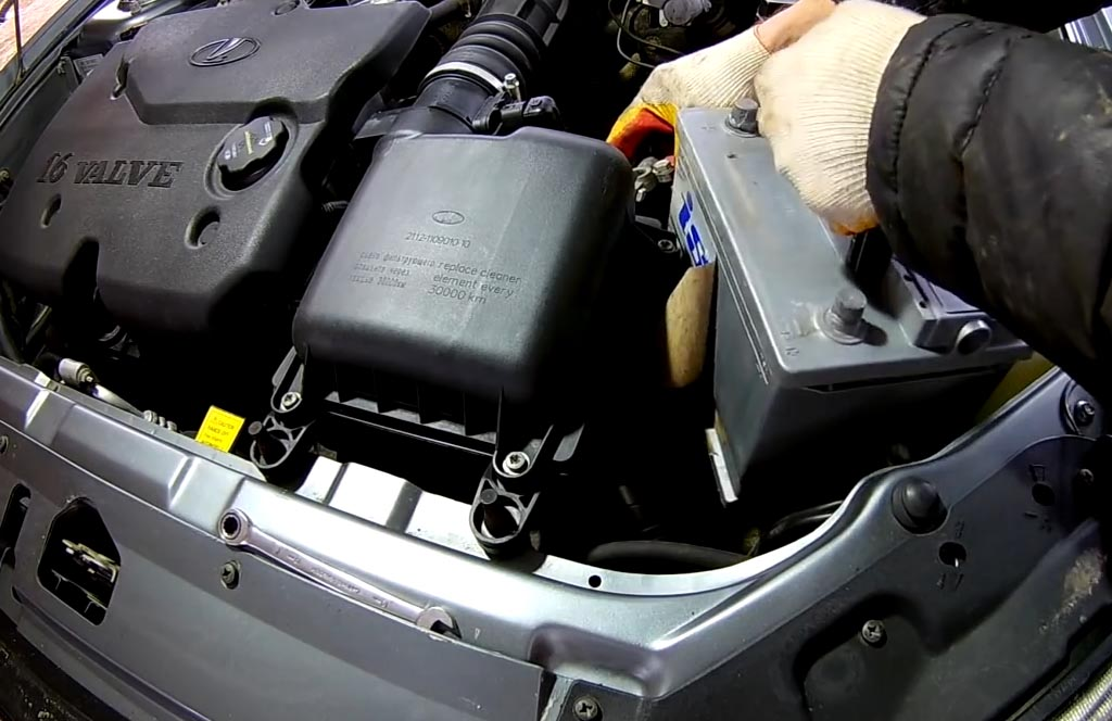 Как снять аккумулятор на «Приоре», «Калине» или «Гранте», достать аккумулятор