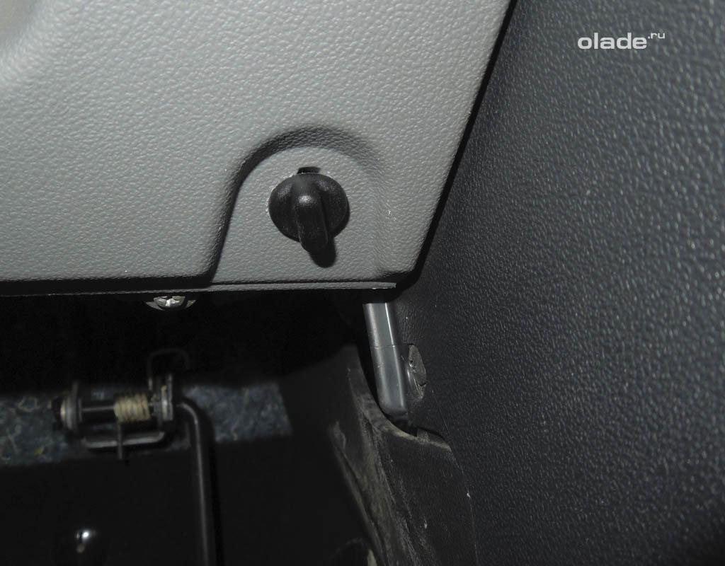 Как снять приборную панель на Ладе Приора? Снимите крышку монтажного блока (фото 3)