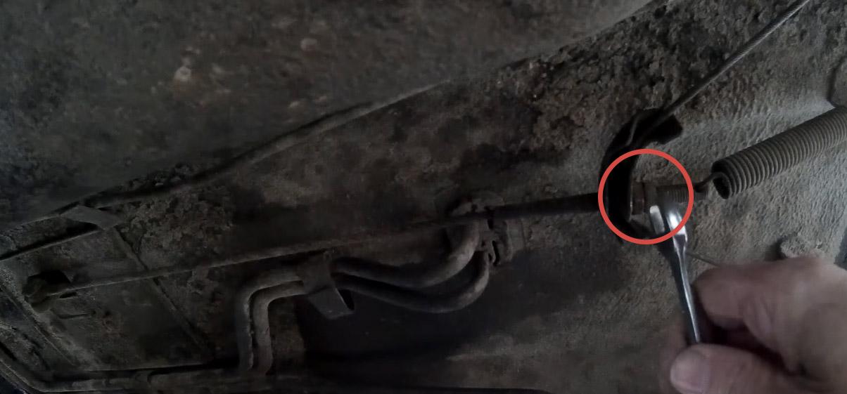 Регулировка ручного тормоза на Ладе 4х4, открутите контргайку