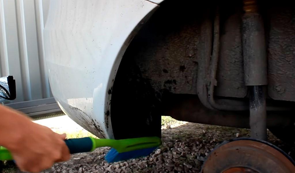 Установка задних брызговиков на Ладу Веста (фото 4)