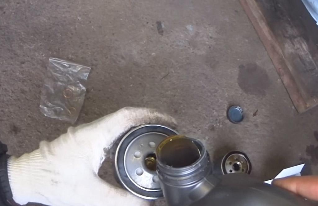 Замена масла и масляного фильтра на Лада Ларгус, налить масло в фильтр