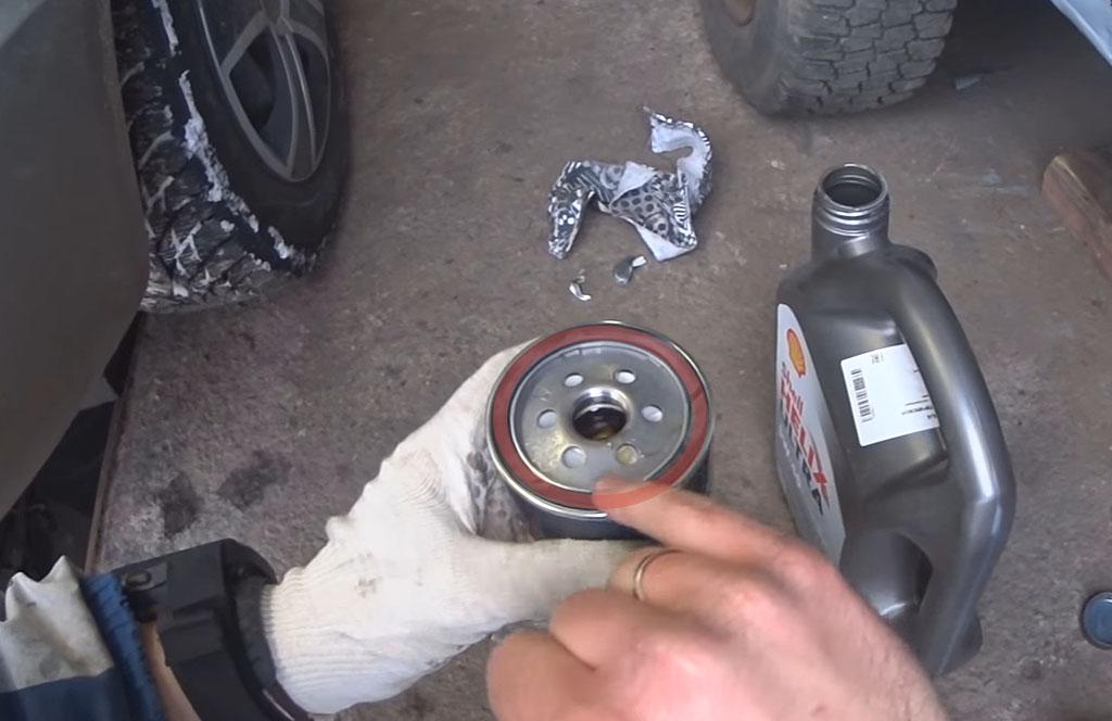 Замена масла и масляного фильтра на Лада Ларгус, смазать обод фильтра маслом