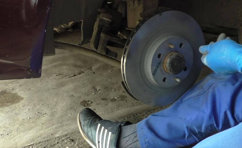 Замена тормозных дисков на Ладе Приора, завинтите два направляющих штифта