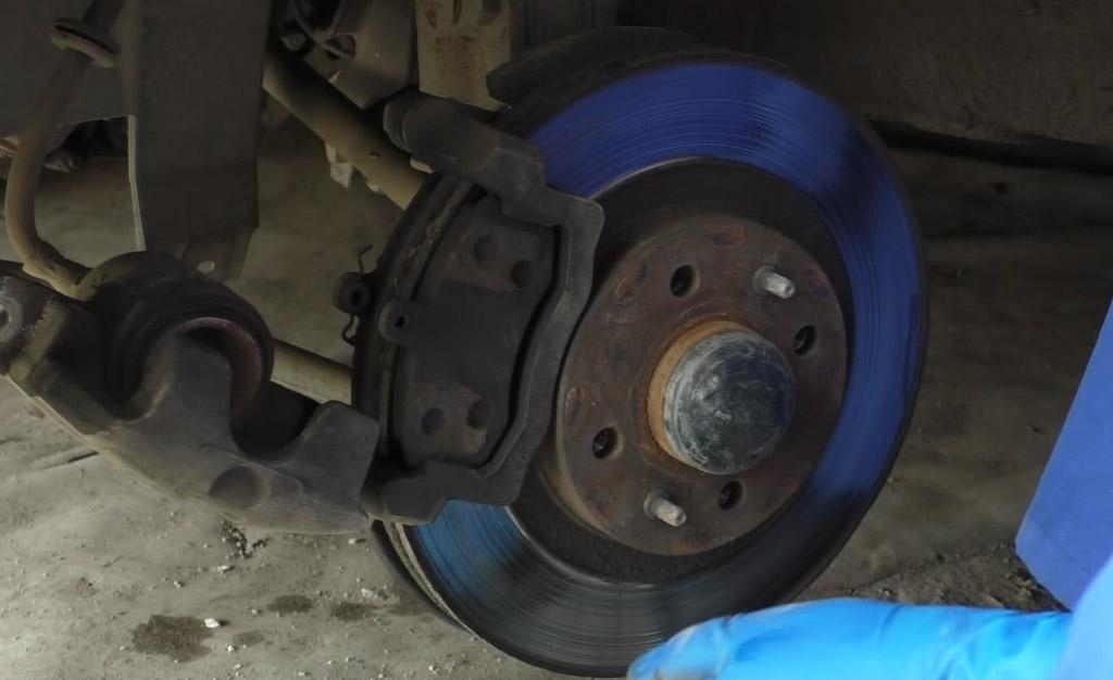 Замена тормозных дисков на Ладе Приора, замените старые колодки