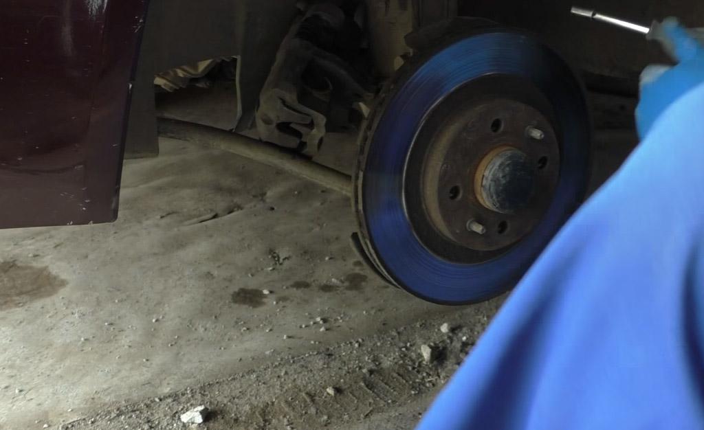 Замена тормозных дисков на Ладе Приора, очистите диск от грязи и налетов ржавчины