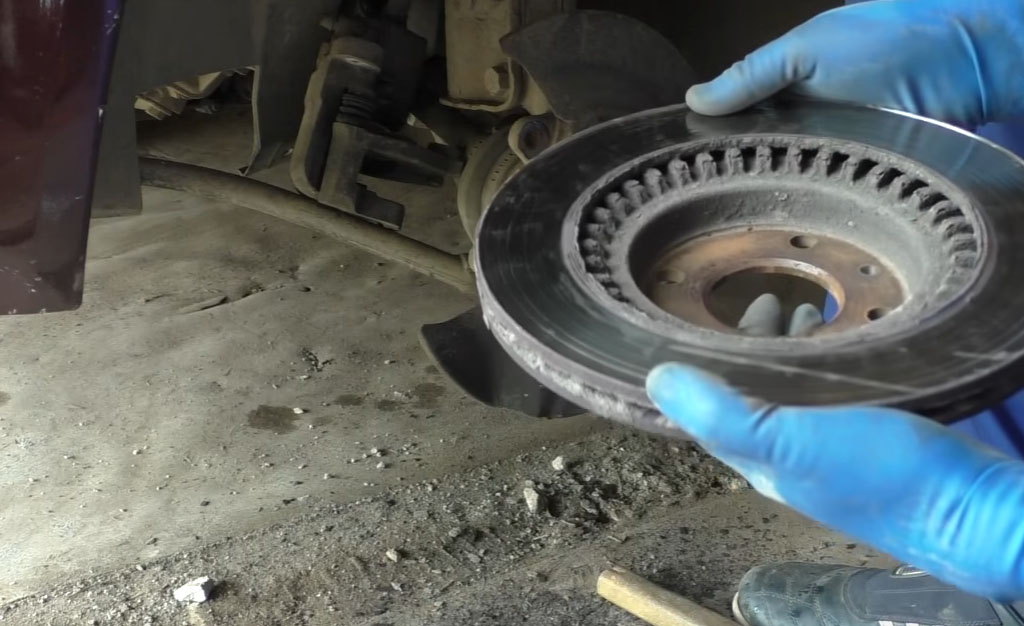Замена тормозных дисков на Ладе Приора, снимите тормозной диск