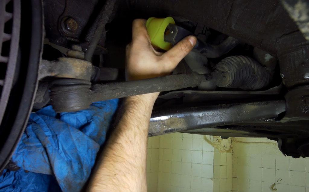 Замена втулок стабилизатора на Ладе Веста без разреза, наденьте втулку на стабилизатор