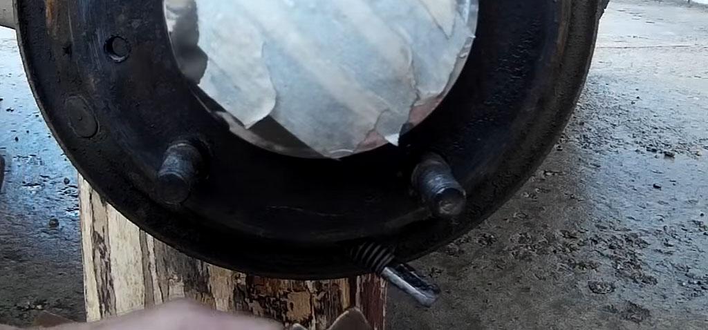Замена задних тормозных колодок на Ладе 4х4, корректируйте положение установленных колодок