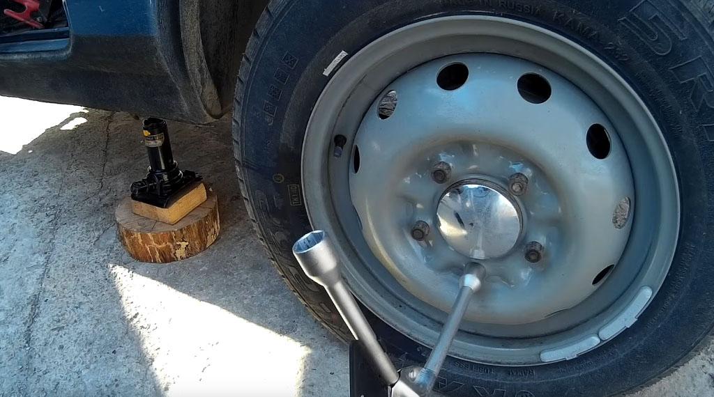 Замена задних тормозных колодок на Ладе 4х4, отвинтите гайки, фиксирующие заднее колесо