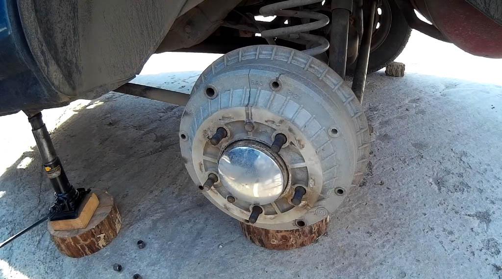 Замена задних тормозных колодок на Ладе 4х4, полностью открутите все гайки, после чего снимите колесо