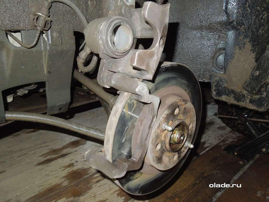 Замена тормозных колодок на Ладе Приора (фото 6)